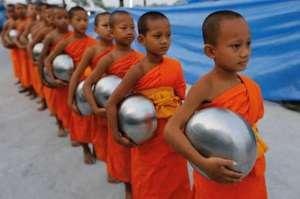 """泰国小和尚去化缘 泰国和尚自己不生火做饭一早起来就去村寨""""化斋"""""""