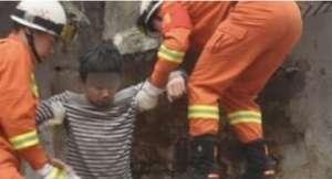如厕时公厕垮塌 男孩仅手臂被碎砖块砸到轻微受伤