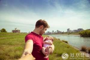 """女婴降生""""姗姗来迟"""" 却赶上与父母同月同日生"""