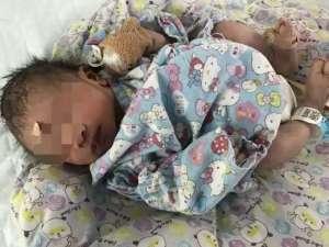 2分钟生完娃离开 男婴光着身子躺在地板上还有大片血迹